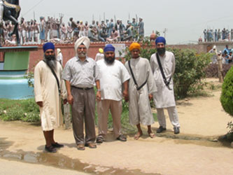 Pashaura Singh and a group of sewadars from Gurdwara Gur-gian Prakash (Javvadi Taksal, Ludhiana) at Gurdwara Mehdiana Sahib near Jagraon