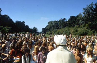 Yogi Bhajan publicly teaching - September 1970 - image courtsey of www.akalsukhsingh.com