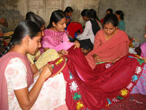 Phulkari mutiaars learning in group still alive in punjab