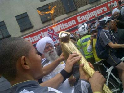 Fauja_Singh Lighting of the Olympic Torch
