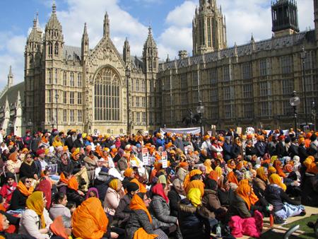 A view of vigil outside British Parliament by the Kesri Lehar (April 06, 2013)