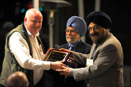 Dr. NS Kapany & Dr. C. Shackle receiving the Lifetime Acheivement Award from Prof. Pashaura Singh